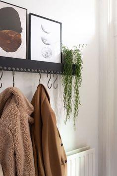 DIY Scandinavische kapstok met gaten en S-haken | Gorgeous minimalism coat rack DIY