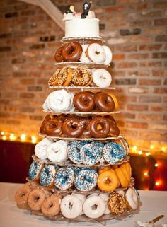 Unique Wedding Cake Ideas - Donuts and a Wedding Cake on Top.I love donuts, this is the wedding cake I want, I like to be different. Donut Bar, Donut Tower, Doughnut Shop, Doughnut Cake, Donut Wedding Cake, Wedding Donuts, Brunch Wedding, Our Wedding, Dream Wedding