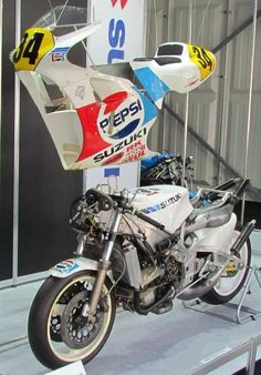 Motorcycle Racers, Retro Motorcycle, Motorcycle Types, Racing Motorcycles, Suzuki Gsx R, Suzuki Bikes, Vintage Racing, Road Racing, Bike Life