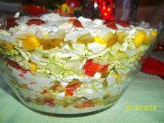 Bardzo fajna sałatka z wielu warzyw a na dodatek z mięsem w środku.   Znakomicie prezentuje się na stole a przede wszystkim rew...