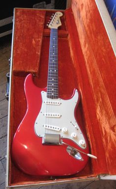 1964 Fender Stratocaster Candy Apple RedWe are delighted  to offer for sale this incredibly beautiful 1964 Fender Stratocaster in  Candy Apple Red Finish. 100% original and as it left the Fender factory  over fifty years ago. 'L' series, weighs 7 pounds 10 ounces with a nut  width of 42 mm. H...