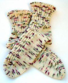 """""""King's Cross"""", aus Colinette Jitterbug, Größe 39/40 (mit Abwandlung auch andere Größen) Benötigt wird: Strang Sockenwolle von Colinette Jitterbug, Farbe """"Marble"""", 100 g, 100% Mer…"""
