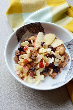 Porridge façon tarte aux pommes : flocons d'avoine, lait d'amande, sirop d'érable, vanille, cannelle, pomme, cannelle, raisins secs, amandes effilées