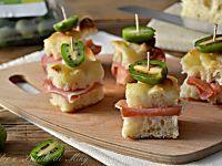Crostini con nergi polpa di granchio e gorgonzola, semplici e gustosi, facili da preparare, ideali come antipasto o da servire con l'aperitivo.