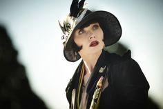 Essie Davis as Phryne Fisher in Miss Fisher's Murder Mysteries Retro Humor, Vintage Humor, Fishers Hat, 1920s Flapper, Murder Mysteries, Happy Wife, Roaring Twenties, Great Movies, Headgear
