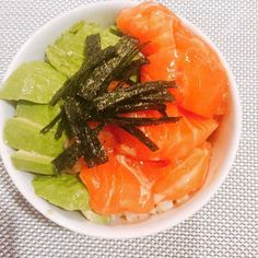 2016/11/05 06:45:57 brooklynokasan Marinated salmon sashimi and avocado with brown rice for dinner🍣 I bought salmon sashimi at a Japanese grocery store near my work. I marinated salmon sashimi with soy sauce, wasabi, sesame oil, and mirin for 15 minutes. #salmon #sashimi #avo #avocado #seaweed #brownrice #yum #yummy #instafood #healthy #healthyeating #cleaneating #サーモン #刺身 #アボカド #玄米 #丼 #ヘルシー #美容 #夕食 #friday #dinner  #美容