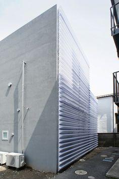 駒田剛司+駒田由香/駒田建築設計事務所 (Komada Architects Office)による東京・大田区の住宅「O邸」を見学してきました。       敷地面積134m2、建築面積67m2、延床面積113m2。RC造2階建て。   前面道路を挟んでご両親が住む実家があ...