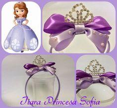 Tiara feita em cetim com detalhes em meia pérola lilás e uma coroa central de Strass. Feita toda artesanal. Linda e delicada!