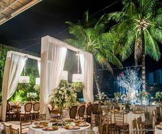 Vem ver que luxo essa decoração de casamento clássica executada pela Flor e Companhia, nos salões do Le Buffet Lounge! Elegância e perfeição definem: