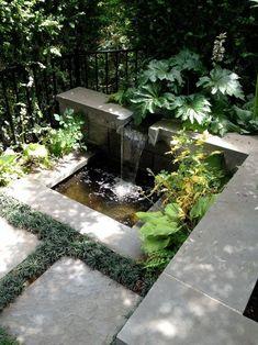 Kleingarten englischer Stil Stein Platten Gras Rand Schatten Wasserfall