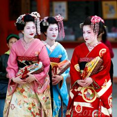 Image detail for -Maiko in Kyoto – Geisha in training « Leo Laksi's Bangkok And . Japanese Lifestyle, Memoirs Of A Geisha, Valentine Images, Turning Japanese, Japanese Aesthetic, Japanese Kimono, Japanese Dresses, Japanese Culture, Zen Gardens