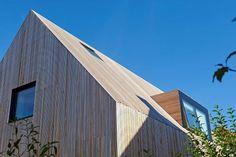 Morsøvej 14 Canadisk Cedertræ lister Foto: Erik Brahl Wood Facade, Grand Designs, Facade Architecture, Minimalism, Diy And Crafts, Shed, Woods, Exterior, Outdoor Structures