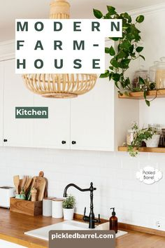 Find a dreamy collection of ideas for modern farmhouse kitchens, from black and white to farm-fresh decor inspiration. Before you plan your modern farmhouse kitchen, take a look at all the ways to make it stunning! Modern Farmhouse Porch, Farmhouse Kitchen Lighting, Modern Farmhouse Kitchens, Black Kitchens, Home Kitchens, Farmhouse Ideas, Farmhouse Style, Kitchen Cabinets Decor, Kitchen Fixtures