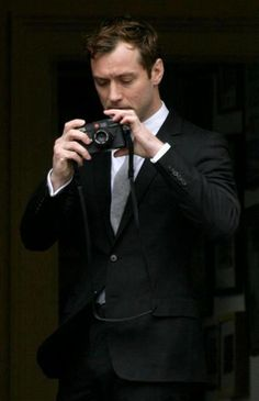 Shooting Film: Celebrities with Their Leica Cameras: Jude Law Leica Camera, Rangefinder Camera, Jude Law, Celebrity Photographers, Famous Photographers, Leica Appareil Photo, Pictures Of People, Vintage Cameras, Photography Camera