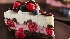 Recipe for Chocolate and Berries Yogurt Dessert - Dive into a frosty layered dessert with fudgy cookies, whipped fluffy yogurt, hot fudge sauce and fresh berries. Desserts With Chocolate Chips, Double Chocolate Chip Cookies, Chocolate Recipes, Dessert Chocolate, Frozen Desserts, Frozen Treats, Raspberry Desserts, Yogurt Dessert, Yogurt Pie
