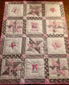 An idea for my paper doll quilt.Baby Quilt Machine Embroidery Designs Free Baby Quilt Embroidery Patterns Stamped Baby Quilts To . Baby Patchwork Quilt, Pink Quilts, Baby Girl Quilts, Girls Quilts, Handmade Baby Quilts, Baby Quilt Patterns, Quilt Labels, Machine Embroidery Projects, Doll Quilt