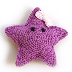 Estrella amigurumi. Nuestra estrellita Rita es coqueta, risueña y entrañable. Le encanta pasarse horas y horas delante del espejo colocando su lazito y limpiando sus pequeñas ventosas, ¡es la ratita presumida de las estrellas de mar!
