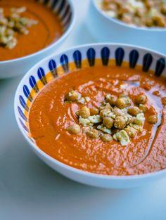// sponsoreret – det smukke stel er modtaget i gave af Lucie Kaas. De sidste par dage, har jeg virkelig haft lyst til suppe. Jeg småfryser næsten hele tiden og det eneste der hjælper, er kaffe og varm suppe. Derfor lavede jeg forleden denne tomatsuppe, som indeholder soltørrede tomater og …