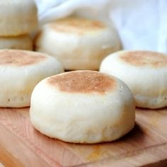 easy recipe for homemade English muffins, a lot cheaper, tastier and ready in an hour!An easy recipe for homemade English muffins, a lot cheaper, tastier and ready in an hour! English Muffin Recipes, Homemade English Muffins, Breakfast Desayunos, Breakfast Recipes, English Breakfast, Dessert Recipes, Perfect Breakfast, Recipes Dinner, Tasty