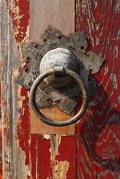 Old door knockers peeling paint 57 Ideas Les Doors, Windows And Doors, Cool Doors, Unique Doors, Door Knobs And Knockers, Door Detail, Peeling Paint, Door Accessories, Door Furniture