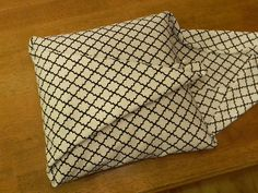 No sew pillow cover. http://organizeyourstuffnow.com/wordpress/the-easiest-pillow-cover-ever#