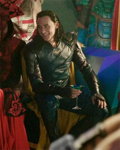 I loved the way Thor was so happy to see Loki in this scene. He suddenly saw a familiar face in an unfamiliar place when he felt so alone and was no longer alone when he saw his brother. Thor should have made amends with Loki but, he didn't. Loki Thor, Loki Laufeyson, Marvel Avengers, Hawkeye Marvel, Loki Gif, Marvel Comics, Marvel Memes, Thomas William Hiddleston, Tom Hiddleston Loki