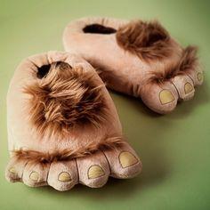 Non potrete più vivere senza le pantofole a forma di piede di hobbit.  #fashion #nerd