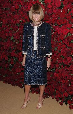 Anna Wintour wearing a Fall 2011 suit. Elegant Outfit, Classy Dress, Classy Outfits, Chic Outfits, Beautiful Outfits, Fashion Outfits, Womens Fashion, Anna Wintour Style, Chanel Style Jacket