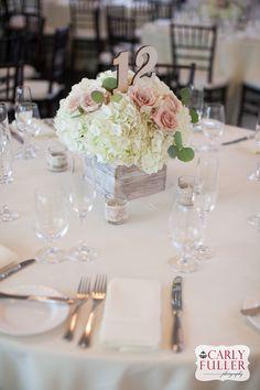 Hortensias y rosas para centro de mesa en una base cuadrada de madera para una boda rústica. #BodasCampestres