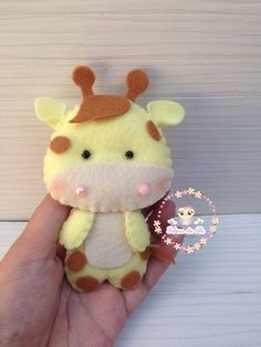 Chaveiro Girafinha Feltro Felt Giraffe, Felt Decorations, Felt Animals, Felting, Sewing Ideas, Crocheting, Needlework, Teddy Bear, Baby Shower