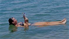 Dicen que Cleopatra buscó en el Mar Muerto el elixir de la eterna juventud en este lago con tantísima sal que es literalmente imposible hundirse en sus aguas, milagrosas para muchas afecciones cutáneas, o para simplemente lucir una piel radiante.