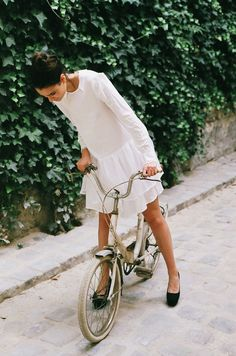 the simple pleasure of a bike ride. Drop-waist dress, casual flats and bike ♥ Looks Street Style, Looks Style, Look Fashion, Womens Fashion, Bike Fashion, Fashion Shoes, Lolita Fashion, Paris Fashion, Fashion Models