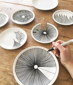 Porzellan-Teller bemalen Trending Craft Ideas Using Paper Mache, Air Dry Clay, Colored Sand and Crot Pottery Painting, Ceramic Painting, Ceramic Art, Ceramic Plates, Ceramic Pottery, Painted Pottery, Pottery Plates, Slab Pottery, Painted Porcelain