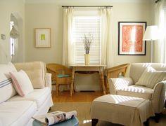 Gosto desta disposição de sofás, considerando que é um espaço pequeno.