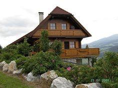 Esta encantadora casa de madera está a mil metros de altura en un pueblo tradicional de #Austria. Rodeada de montañas alpinas que rondan los 2500m no se nos ocurre un paisaje más natural. #Alpes #intercambiosdecasa