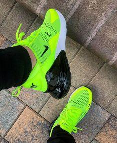 de amarillos y negros deportivos Los Nike zapatos usadas. no
