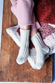 Palmikkosukat miehelle – ota villasukkien ohje talteen - Kotiliesi.fi Christmas Stockings, Holiday Decor, Needlepoint Christmas Stockings, Christmas Leggings, Stockings