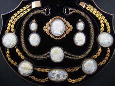 Parure, oro giallo, cammei, 1820 circa.   Gioielleria Pennisi