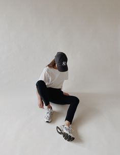 JBrand Joggers and Oversized T-Shirt, New Balance trainers Cozy Fashion, Comfortable Fashion, Simple Pictures, Clothing Photography, Neutral Outfit, Workout Aesthetic, Sporty Chic, Street Style Looks, Simple Outfits