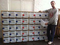 Galões de plástico usados como gavetas para organizar ou armazenamento