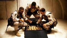 Estos #reyes son diferentes...   Tres Reyeses una película satírica de guerra de (1999) escrita y dirigida porDavid O. Russell que cuenta una historia deJohn Ridleyacerca de un robo de oro que se lleva a cabo durante el levantamiento iraquí de 1991 contraSaddam Husseintras el fin de laGuerra del Golfo Pérsico.  La película está protagonizada porGeorge ClooneyMark WahlbergIce Cube ySpike Jonze.  No todos son tan magos... #cine #accion #movie #action #1999 #men #soldier #war #hollywood…