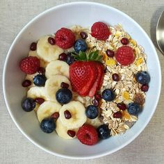 Nada como papas de aveia com muesli e fruta para o pequeno-almoço! Receita no blogue link na bio. - Nothing like oatmeal with muesli and fruit for breakfast! Recipe at the bog link in bio (EN version available too). #oatmeal #vegan #eatclean #breakfast #vegetarian #healthy #lifestyle #food #vegetarian #veganfood #vegansofig #vegetariano #vegano #desjejum #aveia #fruta #nutrição
