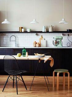 Kleur je huis eens met zwart én hout. Het klinkt misschien wat heftig, maar je staat versteld van de prachtige uitstraling die het geeft aan je interieur. Zwart zorgt voor een stijlvolle look, hout v