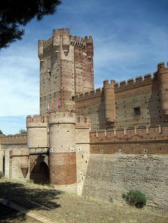 Castle of La Mota in Medina del Campo - Valladolid, Spain Medieval Fortress, Medieval Castle, Castle Ruins, Castle House, Chateau Medieval, Castle Pictures, Templer, Château Fort, Voyage Europe
