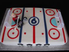 Use cupcakes - similar to one below - but use as face off circle? Hockey Birthday Cake, Hockey Birthday Parties, Hockey Party, Sports Birthday, 11th Birthday, Birthday Ideas, Hockey Cakes, Sport Cakes, Kids Party Games