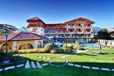 Wandern & Wellness in der Dolomiten Wellness Residenz Mirabell, Südtirol  http://reisegezwitscher.de/reisetipps-footer/2104-berg-trifft-ayurveda  Imposante Berggipfel, panoramareiche Hochplateaus und märchenhafte Wälder – die Südtiroler Dolomiten sind eine der faszinierendsten Regionen für Wanderliebhaber.