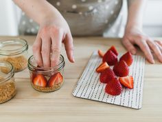Erdbeeren in Dessertgläsern platzieren für Erdbeer-Butterkeks Dessert