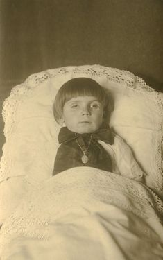Post Mortem Photography: sometimes they let the eyes open to let the deceased look alive. You can easily see there is no life in those eyes. Victorian Photos, Victorian Era, Memento Mori, Fotografia Post Mortem, Vintage Photographs, Vintage Photos, Post Mortem Pictures, Book Of The Dead, Post Mortem Photography