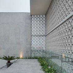 The concrete lattices of Casa Roselló level . Masonry Blocks, Concrete Blocks, Steel Cladding, Cinder Block Walls, Building Exterior, Facade Design, Facade Architecture, Modern Landscaping, Garden Inspiration