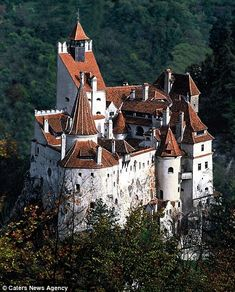 Here we are back to the Transylvania castle region of Romania. This is about the magical castle that inspired Bram Stoker's famous Dracula character. Beautiful Castles, Beautiful Buildings, Albania, Draculas Castle Romania, Bran Castle Romania, Transylvania Castle, Romanian Castles, Dracula Castle, Romania Travel